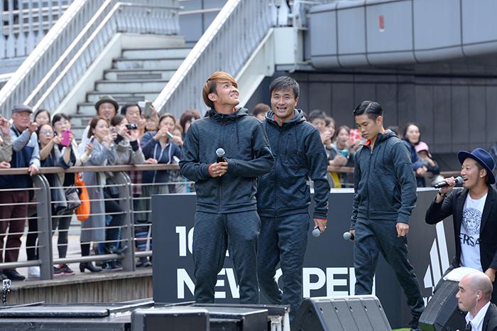 イベントに登場したガンバ大阪の宇佐美&今野両選手と井岡一翔