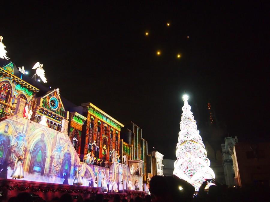 天使が空を飛び、クリスマスツリーが点灯