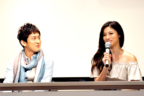 成河(左)と深田恭子
