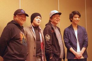左から、いのうえひでのり、橋本じゅん、古田新太、賀来賢人。