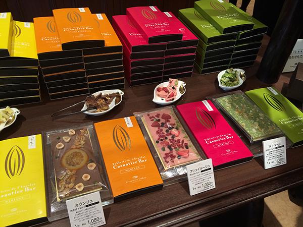 タブレット「ビーン・トゥ・バー」は、5種各972円。こちらは、オレンジやベリー、抹茶などのフレーバーに仕上げたタブレット「マリアージュ」で各1,080円