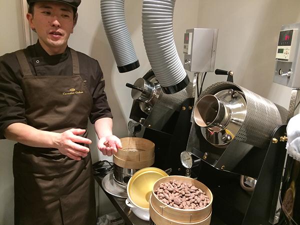 ショコラティエに抜擢された、小柴さん。カカオ豆と対話しながら、チョコレートに仕上げていく