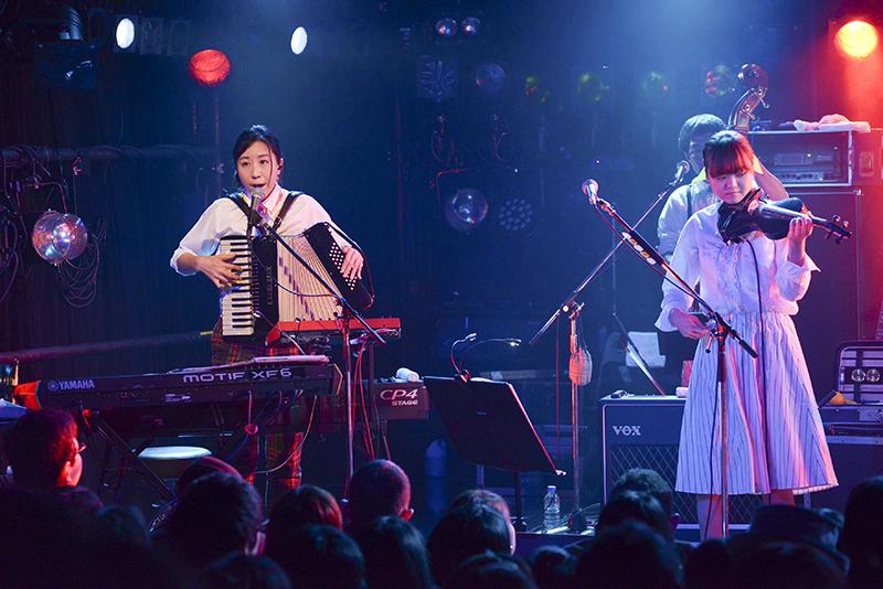 KIRINJI・コトリンゴ(左)と弓木英梨乃、梅田クラブクアトロ『KIRINJI LIVE 2015』より(写真/倉科直弘)
