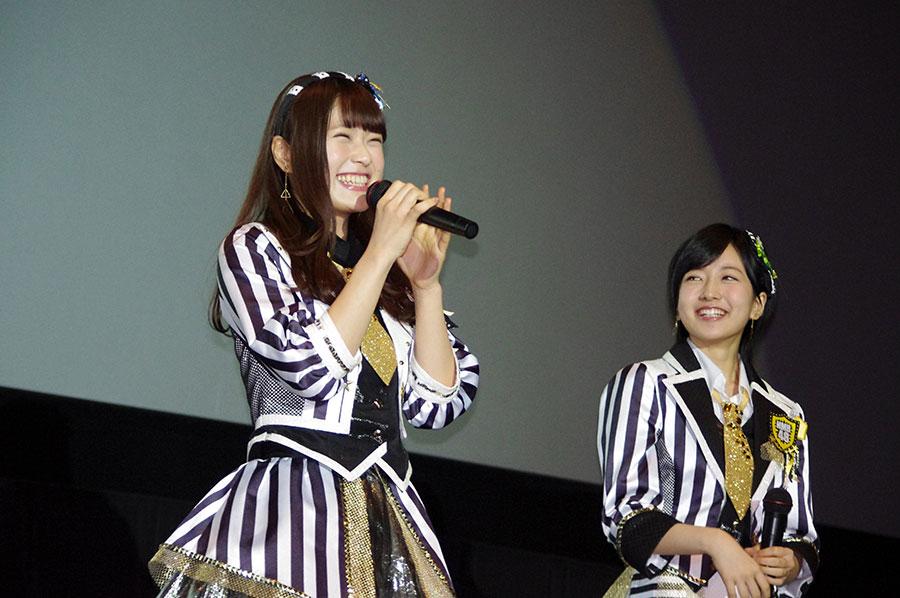 爆笑発言連発で会場を笑いに包んだ渋谷凪咲(左)、それを見守る須藤凜々花