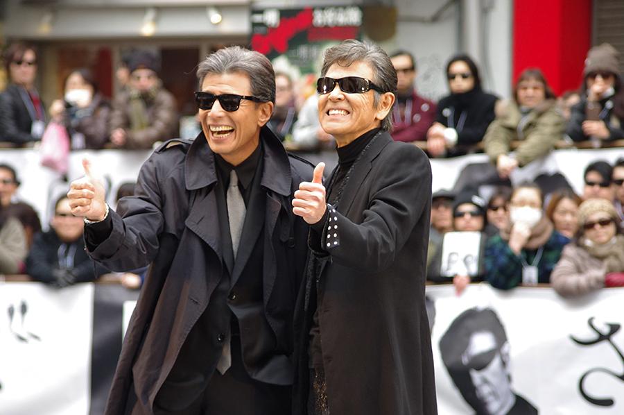 ゲリライベントを行った舘ひろし(左)と柴田恭兵