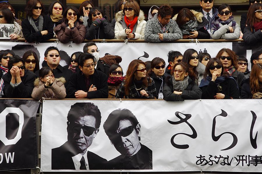 観客もサングラス姿に(21日・大阪市内)