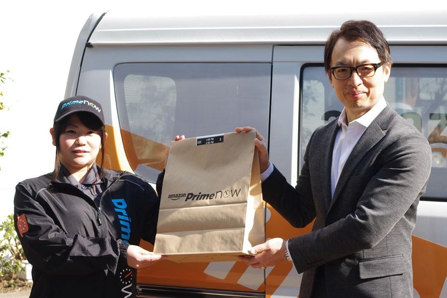配送前のスタッフとPrime Now専用バッグを持つアマゾンジャパンのジャスパー・チャン社長(右)