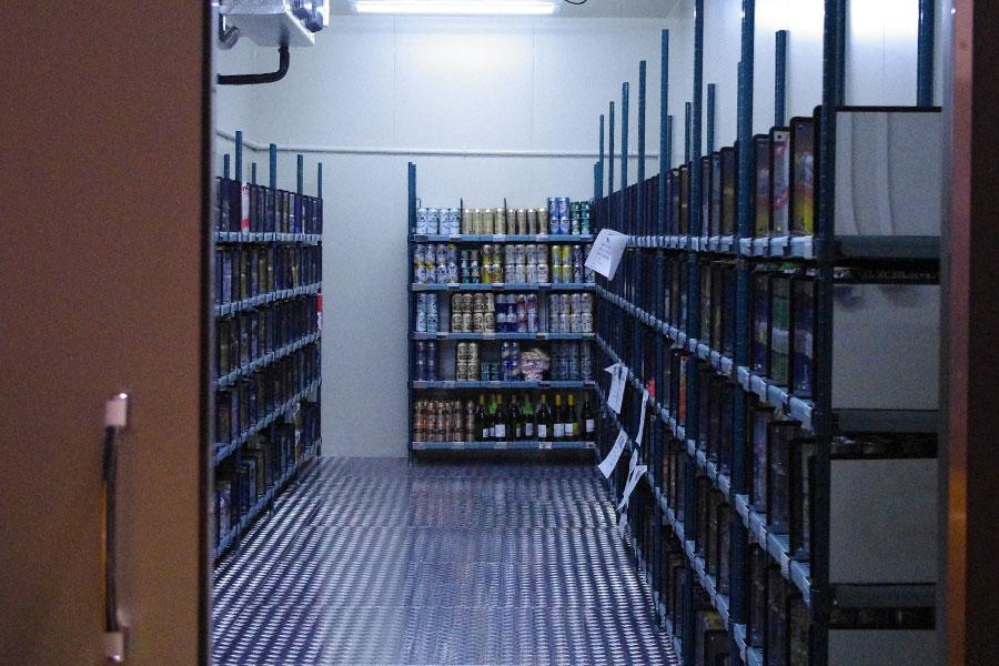 倉庫には専用の冷蔵庫、冷凍庫も完備