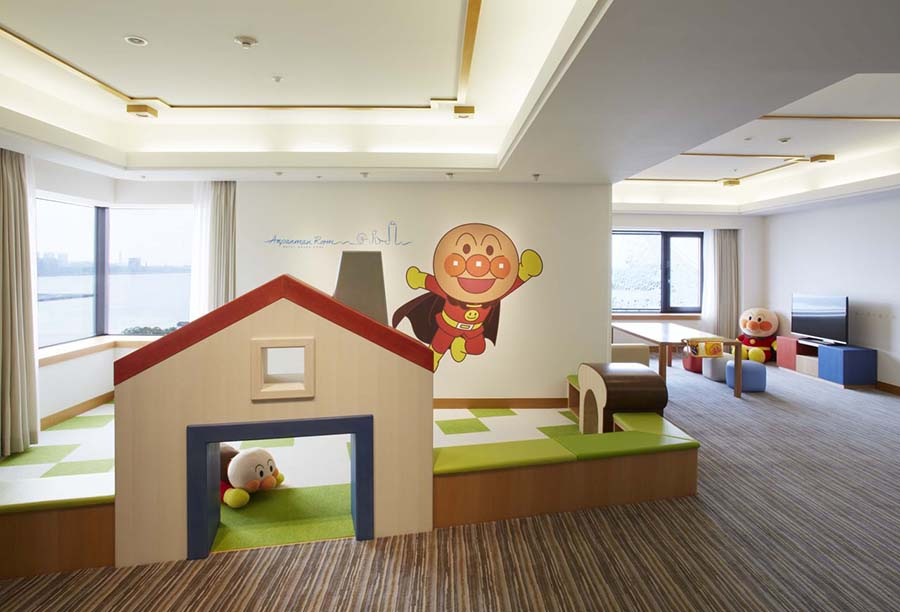 子どもが遊ぶためのスペースには、アンパンマンのおもちゃもたくさん。Ⓒやなせたかし/フレーベル館・TMS・NTV