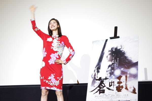 『ゲキ x シネ』となった『蒼の乱』で舞台挨拶に登場し、豪快に観客に手を振る天海祐希