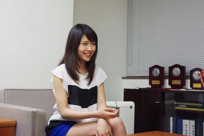笑顔でインタビューに答える有村架純