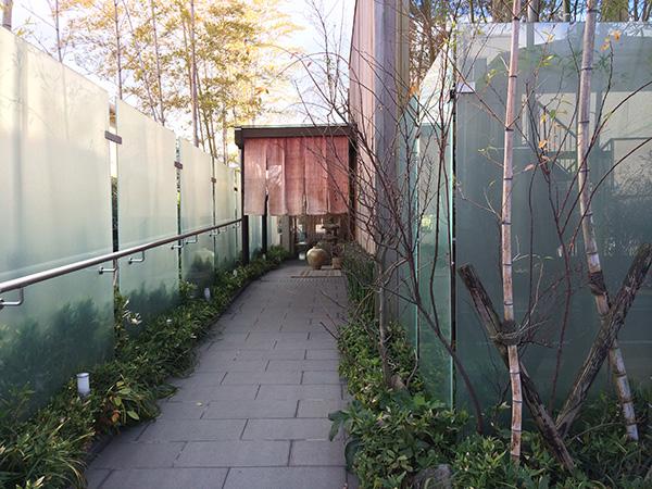 JR芦屋駅の山側。駅からも歩いてすぐの住宅街に溶け込むように、のれんが掛けられている