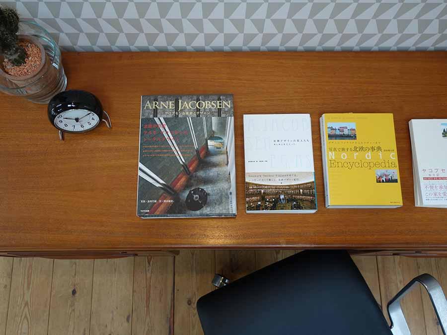 アルネ・ヤコブセン関連本も販売。壁紙もヤコブセンデザイン