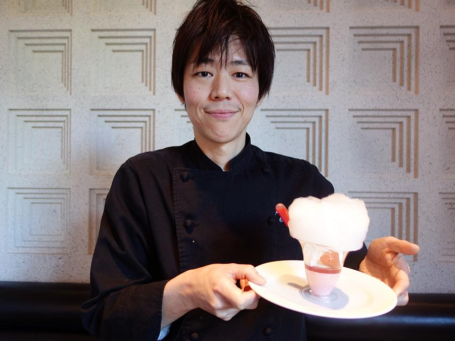 「わた菓子にキルシュ風味のソースをかけた時の変化も楽しんでもらえたら」と藤原シェフ