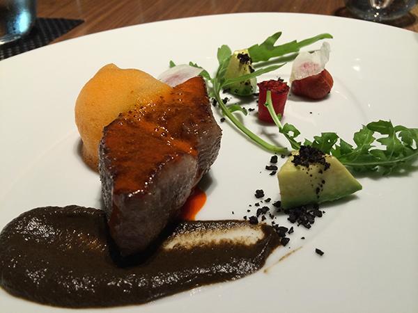 なにわ黒牛のロティは焼き茄子のソース、パプリカのムースを添えて。