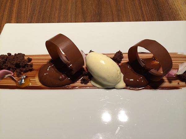 デザートは、ショウガの香りをまとったホワイトチョコレートのアイスクリーム。