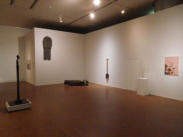 第3章「不在の肖像」より、ヨーゼフ・ボイス、アルベルト・ジャコメッティ、島袋通浩の展示風景