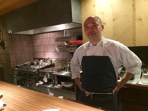 シェフの砂田裕智さん。カウンター8席にテーブルが6席