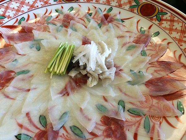 有田焼の美しいお皿に、ぷりっぷりのふく刺しが盛られます