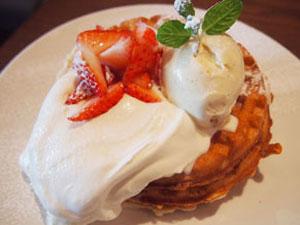 トッピングするソースやフルーツ、アイスを選べるバターミルクワッフル1,296円