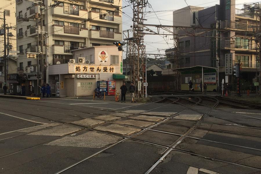 阪堺線と上町線の軌道が交差する国内でも珍しいダイヤモンドクロッシングがあるが、こちらも改修でなくなる