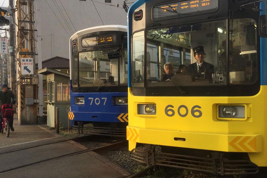 上町線の住吉公園駅行きと天王寺駅前行きがすれ違う瞬間