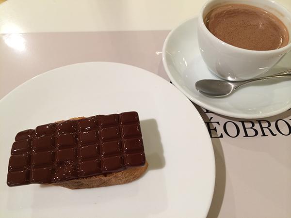 東京・渋谷の「ミュゼ・ドゥ・ショコラ テオブロマ」とコラボしたトーストショコラ700円とチョコレートドリンク(ホット)850円は、「カフェ ル パン」にて