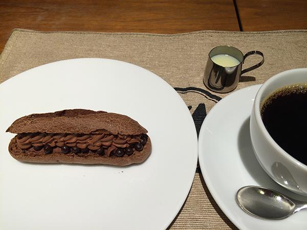 「マルゥ」のエクレアとベトナムコーヒーのセット1,200円も「カフェ ル パン」でイートインできる。いずれも期間限定