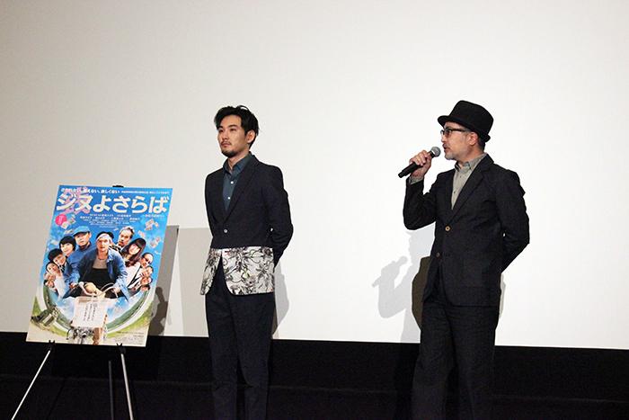 舞台挨拶を行った松尾スズキ監督と主演の松田龍平