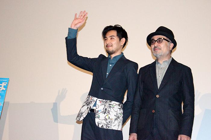 観客の声援に応える松田龍平と松尾スズキ監督