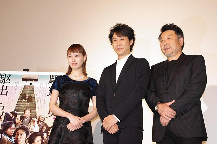 左から、戸田恵梨香、大泉洋、原田眞人監督