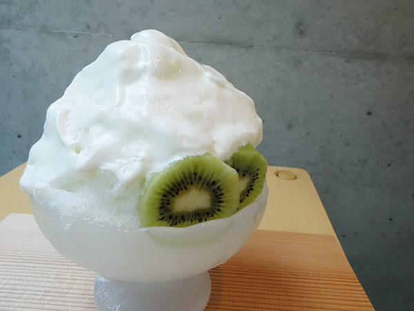 舌の上でスッと消えるヨーグルトのエスプーマの不思議な食感がヤミツキに。キウイヨーグルトごおり750円。