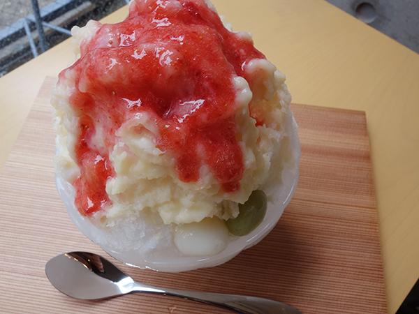 奈良県産イチゴとなめらかな白餡のシロップに、大和抹茶とプレーンの自家製白玉を添えた、なら苺大福ごおり700円。