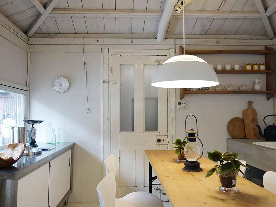 白を基調としたキッチンのコーナー。あえて、古いものと新しいものミックスしたいという国吉さんならではのスタイリングに