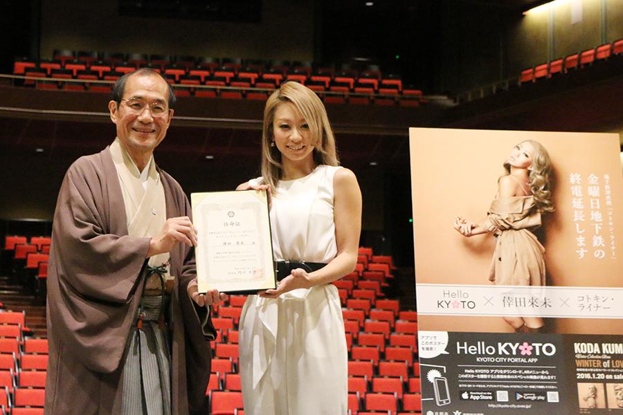 最後には門川京都市長(左)とフォトセッション