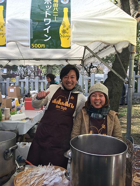 2015年開催時、ホットワインを販売する「大阪ハニー」の小丸和弘さんたち