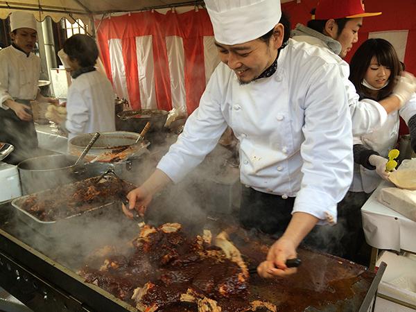 昨年開催時に、鮪のカマ四川チリソースを炒める「空心」の大澤シェフ。叉焼やフカヒレの入った豚まんなど、最高でした。今年も期待大!
