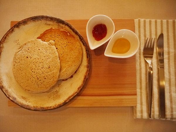 オーダーしてから焼くホットケーキ600円。豆乳やきび糖などの体に優しい素材を厳選し、奈良の旬のフルーツのコンフィチュール、天川村のハチミツが添えられて