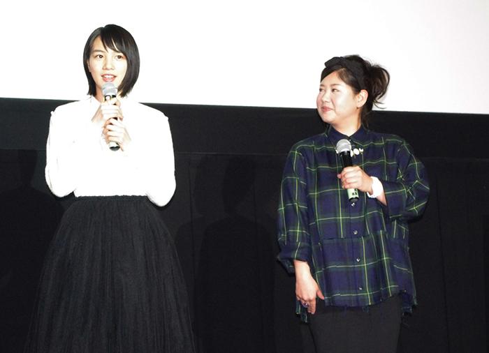 舞台挨拶に登場した能年玲奈(左)とアジアン・馬場園梓
