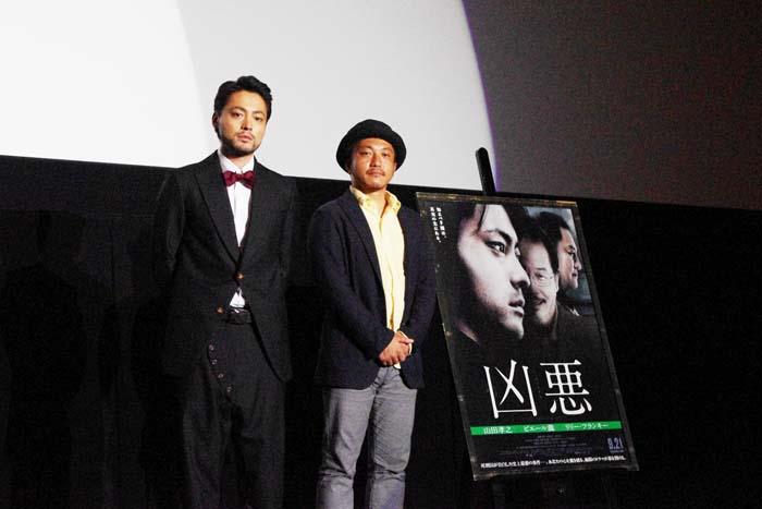 左から山田孝之、白石和彌監督(6日・大阪市内)