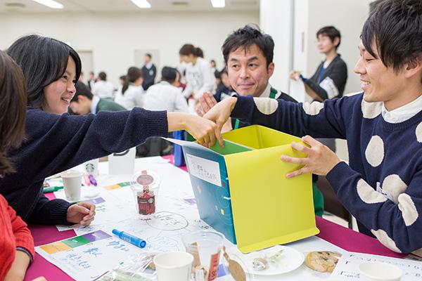 紫野高校の教員(国語)と生徒の3人グループ「紫野team」。「得意技は若さ。自由を校風としており、ワークショップでもそれを活かしていきたい」と自己紹介