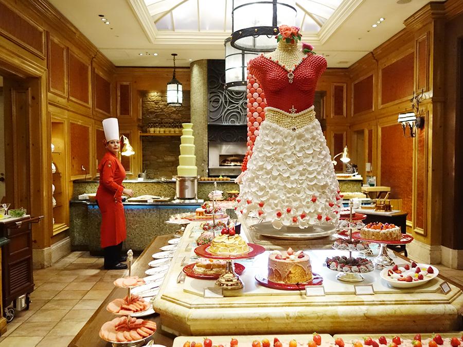 「ラッキーなユニフォームなの」と真っ赤なオリアナ。シンプルにイチゴを生クリームで楽しめるコーナーも