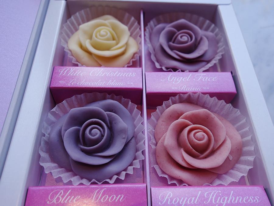 紫のバラをイメージしたチョコ。美内すずえによるオリジナルのポストカード付き