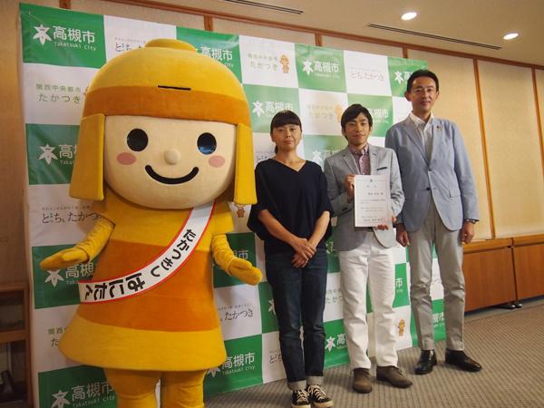 同キャンペーンのPRポスターの写真を撮影した高槻市出身の写真家・MOTOKO、浜田市長と地元トークで盛り上がった