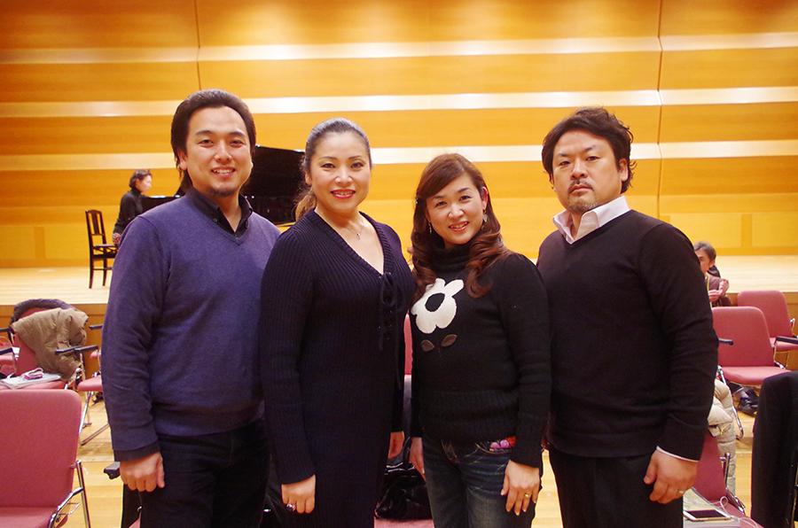 左からピンカートン役の藤田卓也さん、蝶々夫人を演じる並河寿美さんと太田郁子さん、ピンカートン役の松本薫平さん(Wキャスト)