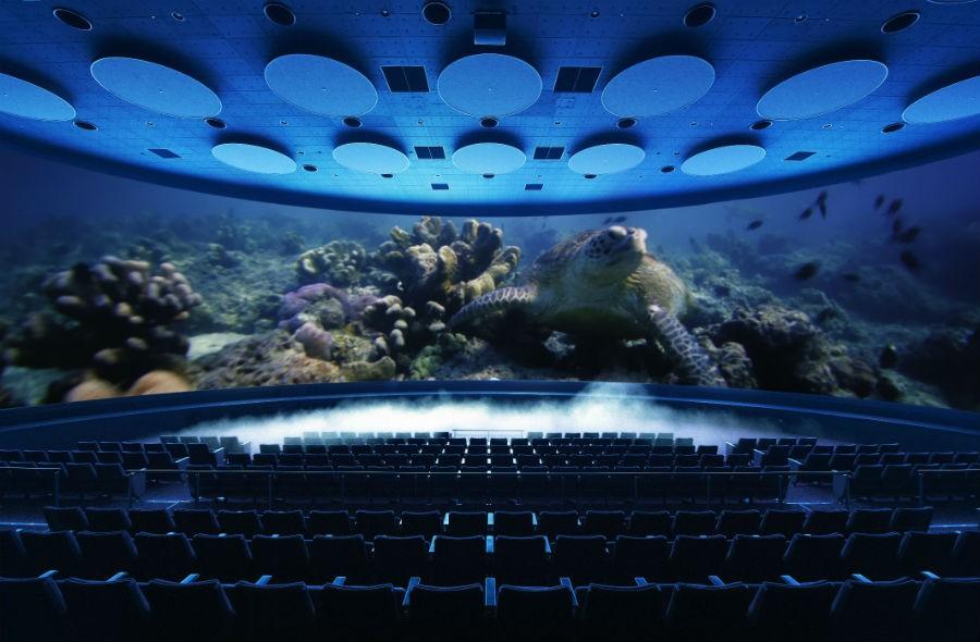 視界を囲んでしまうほどの巨大スクリーン「シアター23.4」