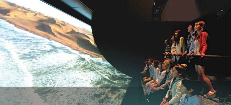 大型の湾曲スクリーンの上を仮想飛行体験ができる「アースクルージング」