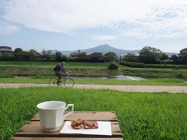 賀茂川までは徒歩1分。賀茂川は北に行くほどにのんびりムード。