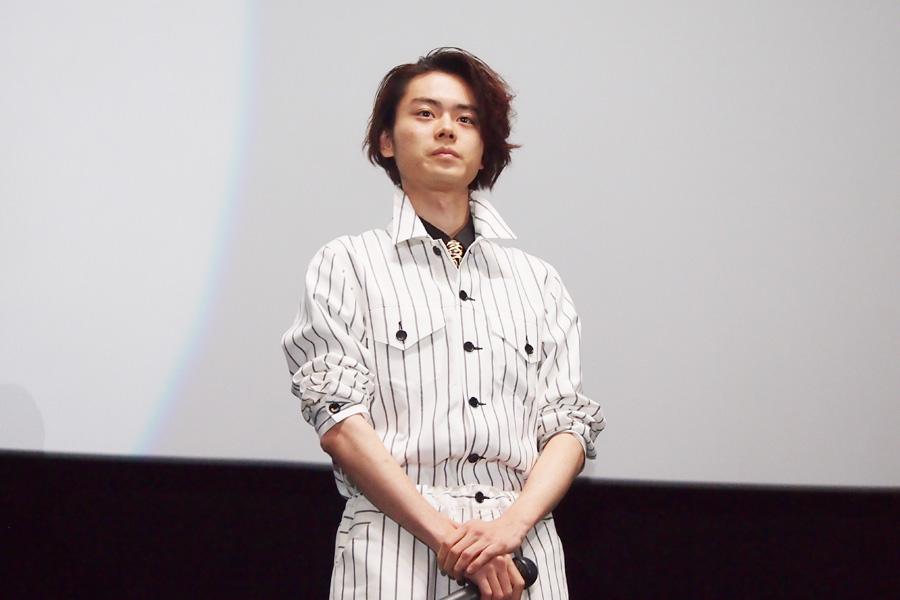 ストライプのセットアップにヒョウ柄のネクタイ、と関西を意識したファッションで登場した菅田将暉