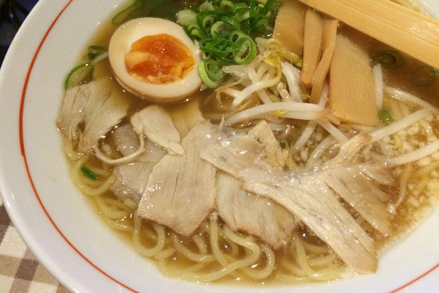 「中崎きりがね食堂」醤油ラーメン(特製ニラダレ付き)730円。背脂を浮かべたスープは鶏ガラメイ ンの豚骨を合わせたあっさり味。シメに最適の一杯